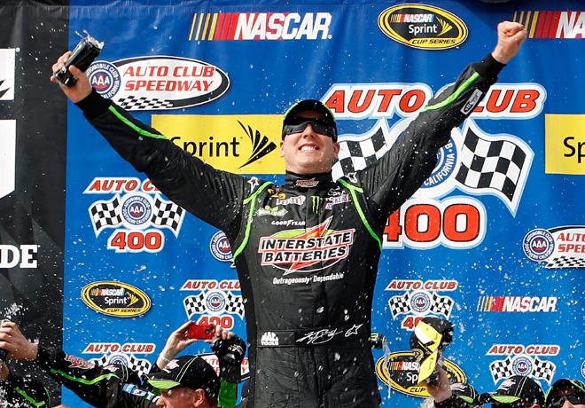 NASCAR - Fontana - Kyle Busch en el Victory Lane