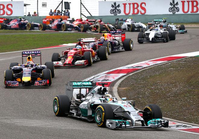 F1 - China 2014 - Lewis Hamilton - Mercedes GP - lidera el peloton