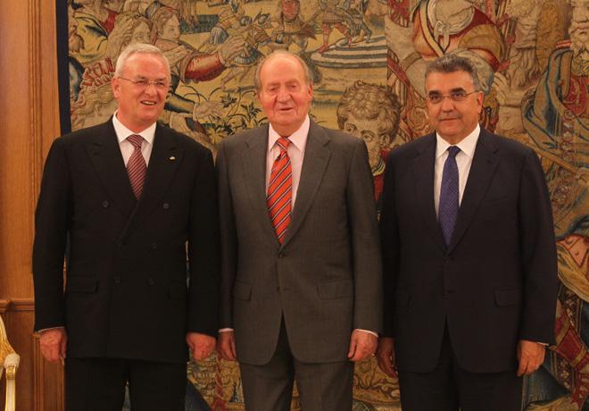 El Presidente del Grupo Volkswagen fue distinguido con la Gran Cruz de la Orden de Isabel la Catolica - Dr Winterkorn, el Rey Juan Carlos y Garcia Sanz
