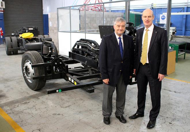 Jose Luis Roces del ITBA junto a Joachim Maier presidente de Mercedes-Benz Argentina