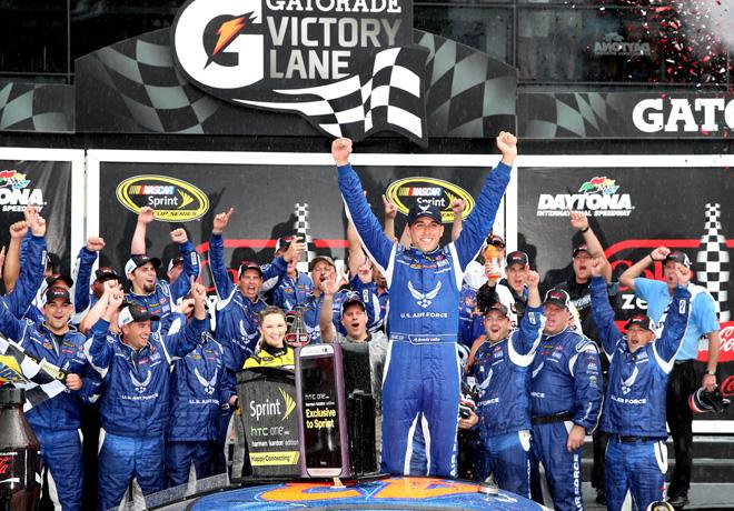 NASCAR - Daytona - Aric Almirola en el Victory Lane