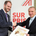 Peter Bosch (VW) recibe el premio del embajador autríaco, Dr Ralph Scheide