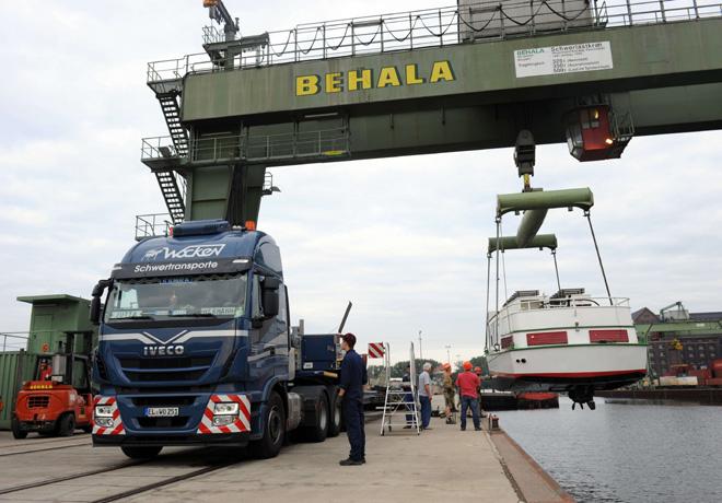 Iveco Stralis transporta en Alemania un barco de 73 toneladas 1