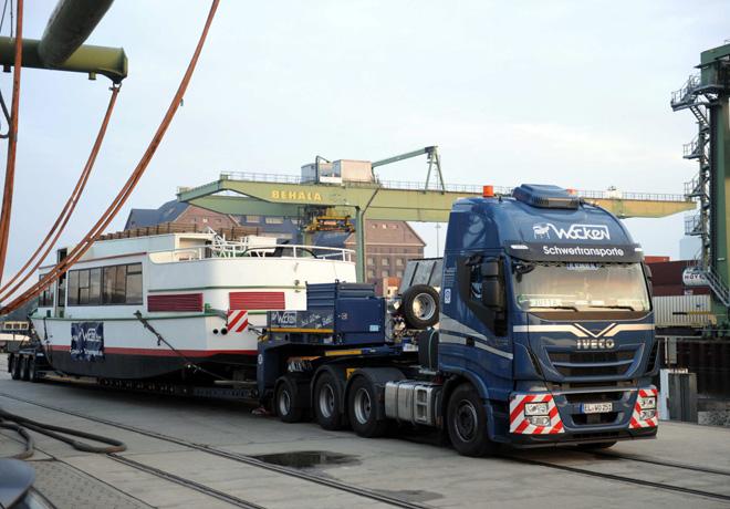 Un Iveco Stralis transporta en Alemania un barco de 73 toneladas.
