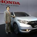 Hideki Kamiyama junto al Honda HR-V