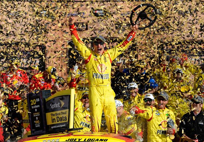 NASCAR - Kansas - Joey Logano en el Victory Lane