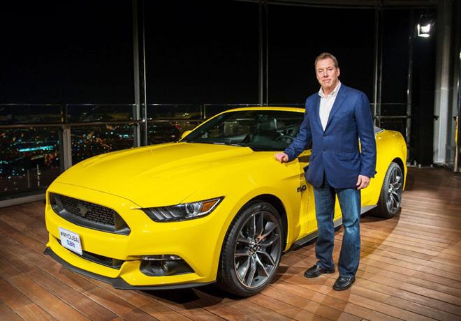 Bill Ford junto al Mustang en Dubai 1