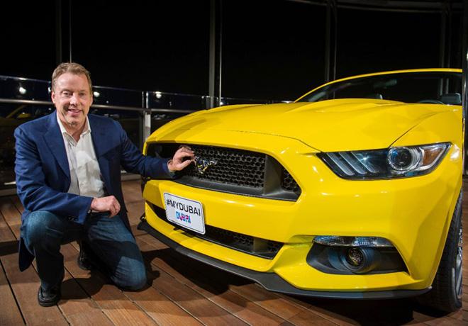 Bill Ford junto al Mustang en Dubai 2