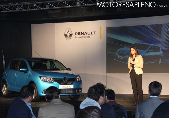 Julieta Rotger junto al nuevo Renault Sandero