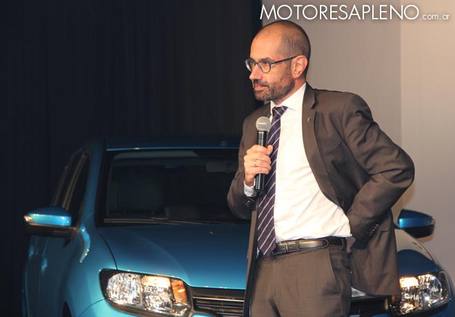 Thierry Koskas junto al nuevo Renault Sandero