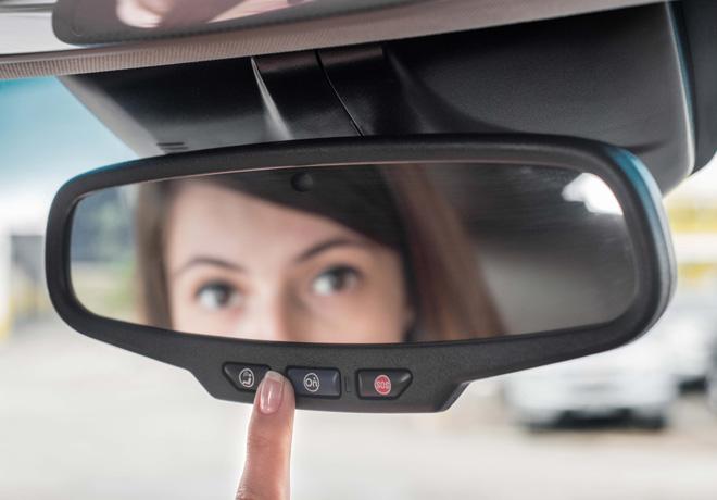 Chevrolet - El Conductor se contacta con asesores de OnStar las 24 hs con solo apretar un boton en el espejo retrovisor