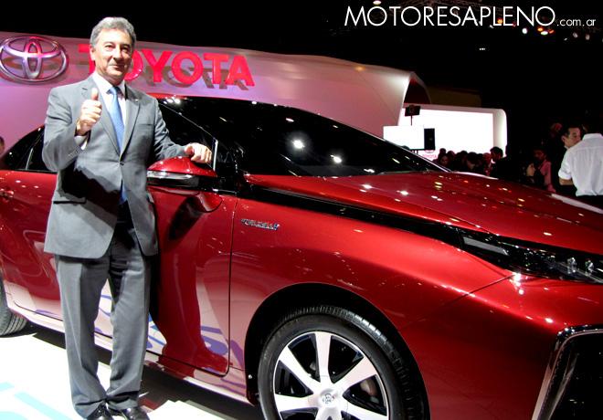 Salon AutoBA 2015 - Daniel Herrero - presidente de Toyota Argentina - junto al Mirai