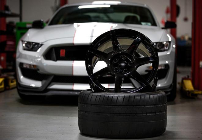 Ford presenta la primera llanta de fibra de carbono de produccion masiva