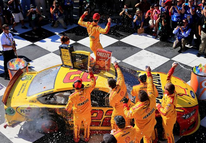 NASCAR - Watkins Glen 2015 - Joey Logano en el Victory Lane
