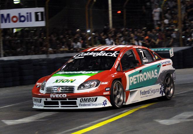 """Super TC2000 en el Callejero de Santa Fe – Carrera Nocturna: Ardusso, el gran """"iluminado"""" en la noche santafesina."""