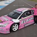 Franco Vivian junto al Chevrolet Cruze rosa del STC2000 en campaña de concientizacion Cancer de mama