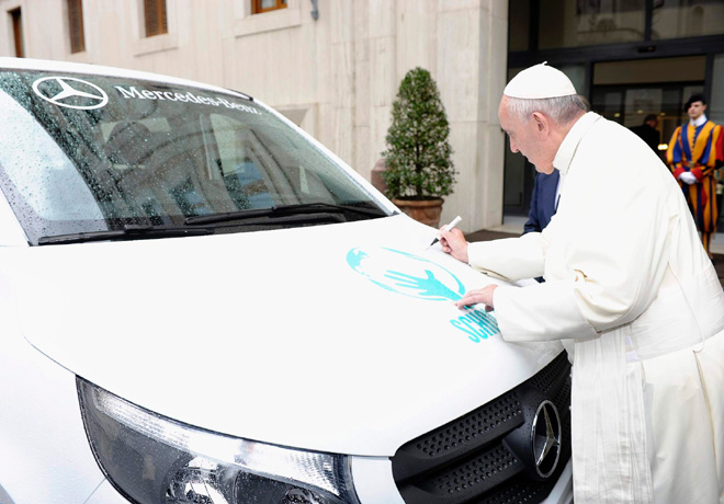 Mercedes-Benz - Papa Francisco firmando la VITO