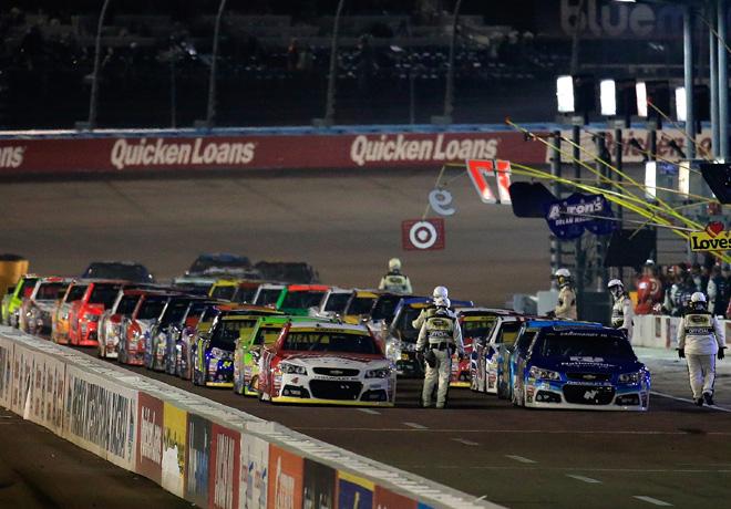 NASCAR - Phoenix 2015 - Dale Earnhardt Jr - Chevrolet SS - encabeza el pit lane