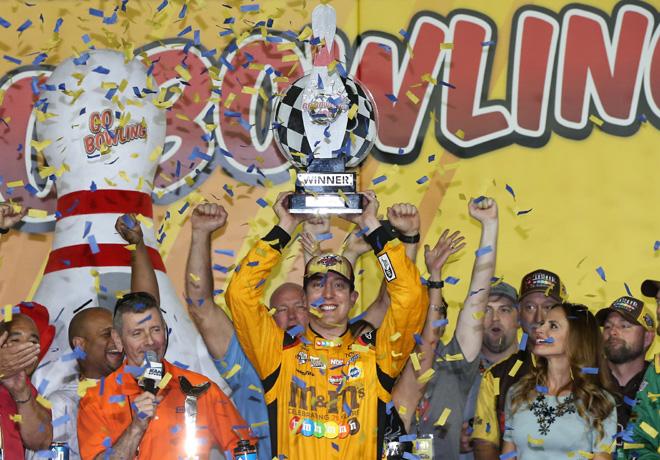 NASCAR - Kansas 2016 - Kyle Busch en el Victory Lane