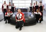 Porsche - Marco Ujhasi y su equipo frente al auto para competir en las categorias GTE-GTLM en 2017
