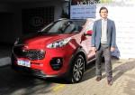 Ignacio Echevarria - Gerente Comercial y Marketing de Kia Argentina - junto a la nueva Sportage