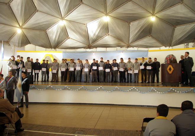 La Fundacion de Empresa Groupe Renault entrego becas a estudiantes del Instituto Tecnico Renault 2