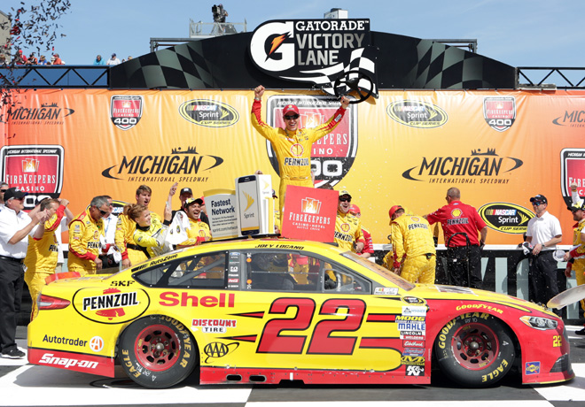 NASCAR - Michigan 2016 - Joey Logano en el Victory Lane
