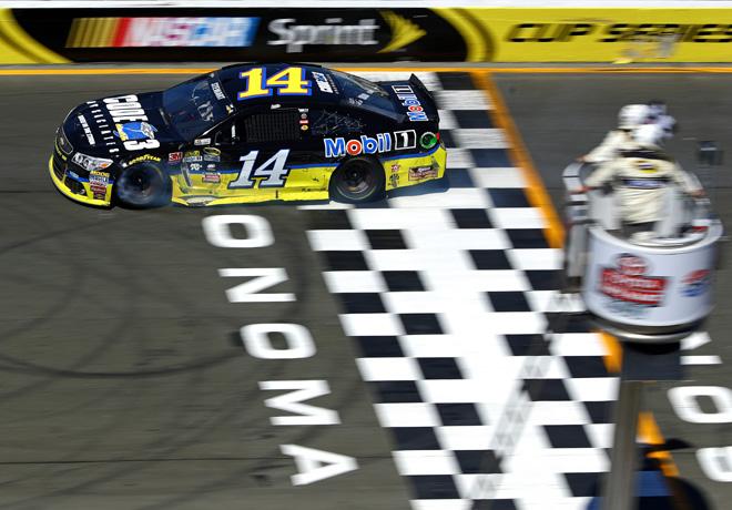 NASCAR en Sonoma – Carrera: Ajustada victoria de Tony Stewart.