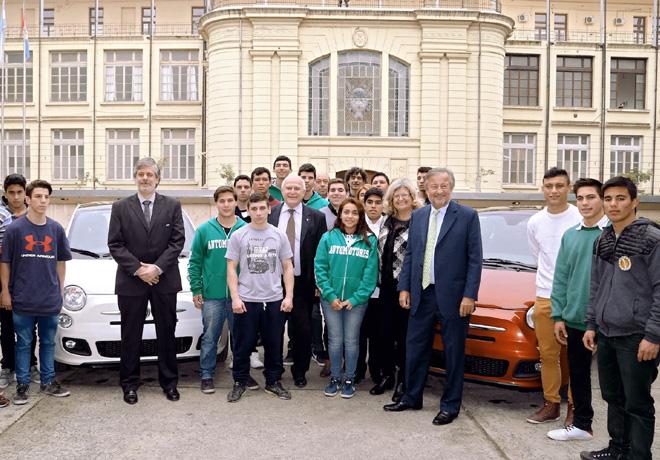 FCA firmo un acuerdo con el gobierno de la provincia de Santa Fe y dono 2 autos a escuelas tecnicas 1