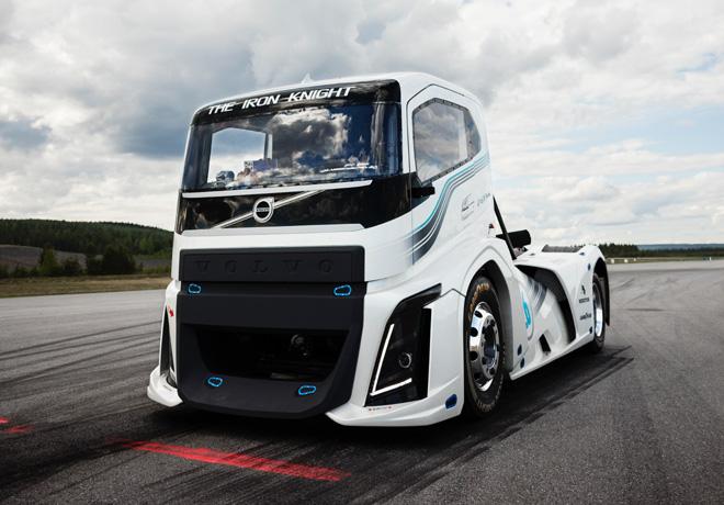 El Iron Knight de Volvo Trucks es el camión más rápido del mundo por partida doble.