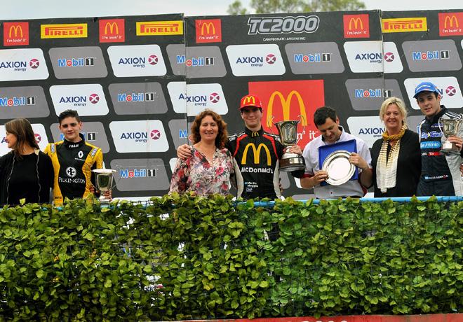 tc2000-rafaela-2016-carrera-final-manuel-luque-martin-moggia-diego-azar-con-sus-madres-en-el-podio
