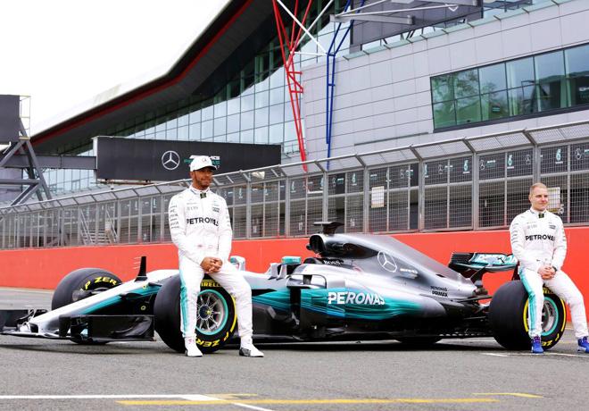 Mercedes-Benz presentó su nuevo F1 W08 Híbrido en Silverstone.