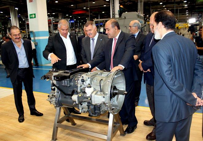 Juan Manzur - Gobernador de Tucuman - junto a la comitiva en la fabrica de Scania
