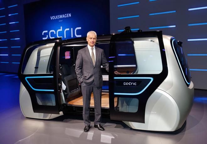 Matthias Muller - CEO del Grupo VW - junto a Sedric Concept