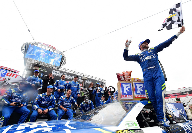 NASCAR - Bristol 2017 - Jimmie Johnson en el Victory Lane