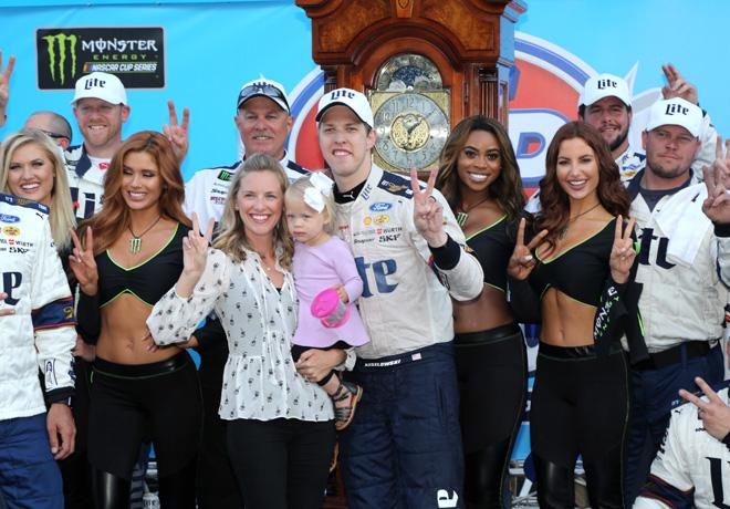 NASCAR - Martinsville 2017 - Brad Keselowski en el Victory Lane