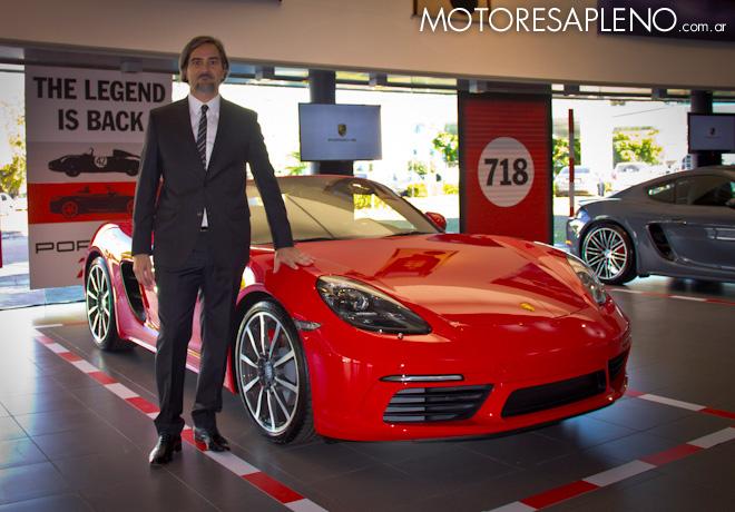Gustavo Gioia junto al Porsche 718 Boxster S