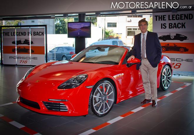 Hugo Pulenta junto al Porsche 718 Boxster S