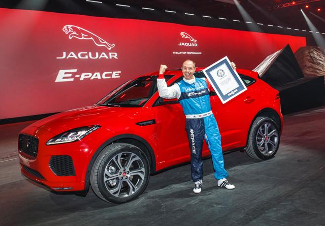 Jaguar - Terry Grant junto al E-Pace - Record Guinness
