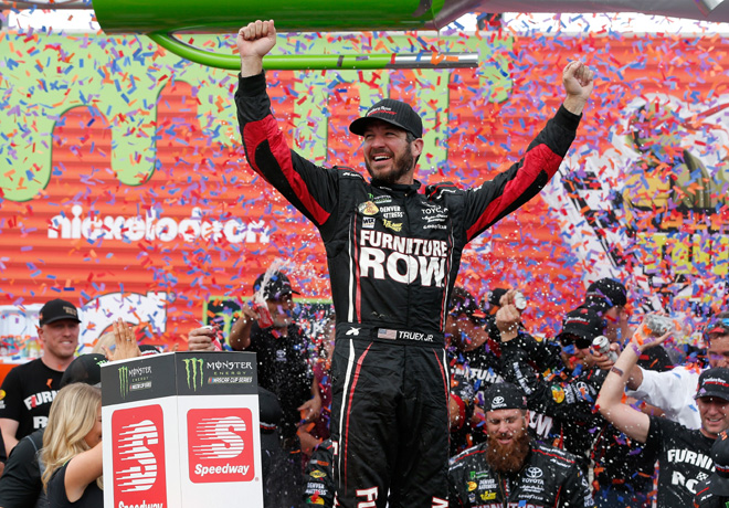 NASCAR - Chicagoland 2017 - Martin Truex Jr en el Victory Lane