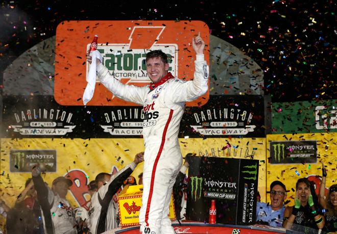 NASCAR - Darlington 2017 - Denny Hamlin en el Victory Lane