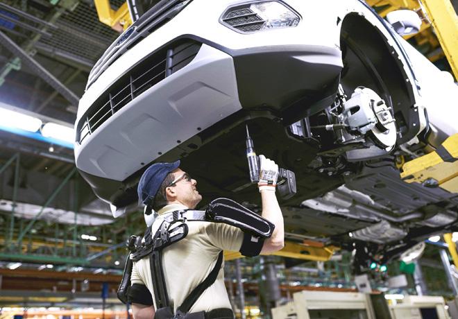 La planta de Ford de Valencia es la primera en el mundo en integrar exoesqueletos en sus lineas de montaje