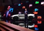 Jose Munoz - CPO de Nissan Motor Company - junto al IMx KURO Concept en el Salon de Ginebra