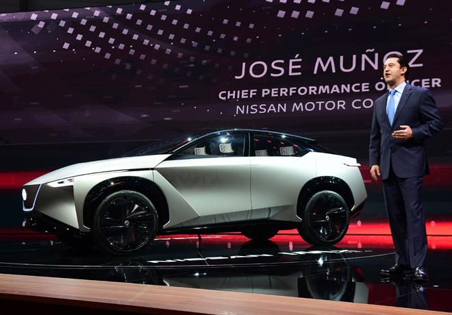 Jose Munoz - CPO de Nissan Motor Company - junto al IMx KURO Concept en el Salon de Ginebra 2018