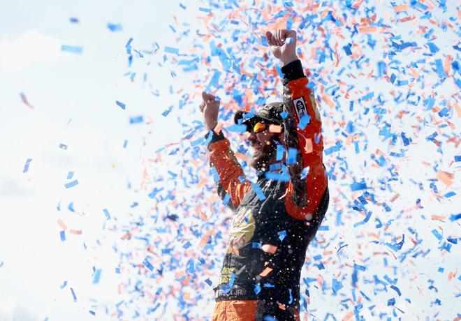 NASCAR - Fontana 2018 - Martin Truex Jr en el Victory Lane