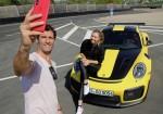 Maria Sharapova conduce a fondo el Porsche 911 GT2 RS 2