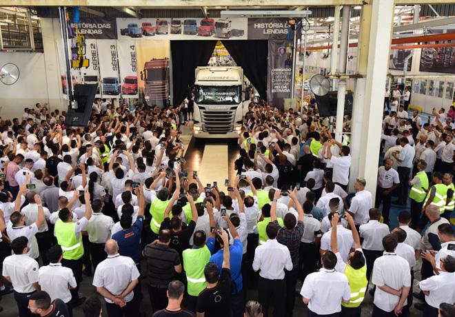 Scania se despide de la Serie PGR con el ultimo camion producido en la planta de Brasil