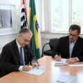 Marco Silva -presidente de Nissan Brasil- y Marcelo Knobel -Rector de Unicamp- firman acuerdo para estudiar las tendencias del uso de bioetanol en movilidad electrica