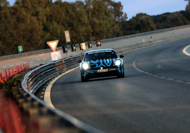 Un prototipo del Porsche Taycan completa con exito una prueba de resistencia en Nardo 1