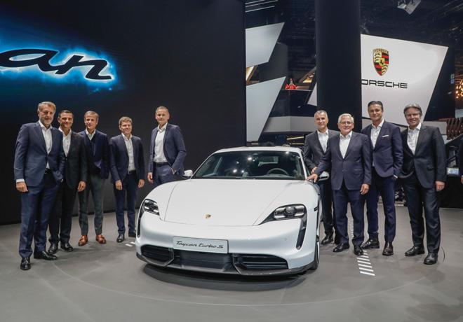 Salon de Frankfut 2019 - Ejecutivos de Porsche junto al nuevo Taycan
